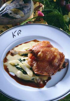 Muslo de pato confitado #recipes #cuisine Duck Confit, French Dishes, Latin Food, Pheasant, Sweet And Salty, Carne, Dessert Recipes, Desserts, Pork