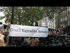"""Pilger erklärte: """"Mit der Verteidigung von Julian Assange verteidigen wir zugleich unsere heiligsten Rechte. Wer jetzt nicht den Mund aufmacht, wird eines Morgens in der Stille einer neuen Tyrannei aufwachen."""""""