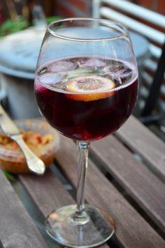 Tinto de verano, min sommerfavoritt.  Rødvin, casera(eller 7up light), masse isbiter og en squeese med sitron.