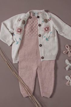 How about this combination girls mamas out there? Is it ok to mix merino wool and cotton? We have teamed up our classic Smock jumpsuit in merino with our Flora cardigan in cotton to get this cute girls outfit! Baby Boy Knitting Patterns, Knitting For Kids, Kids Clothes Patterns, Clothing Patterns, Cute Girl Outfits, Kids Outfits, Crochet Toddler, Girls Hand, Merino Wool