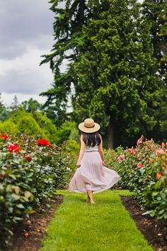 One of the most popular things to do in Portland is the visit the International Rose Test Garden - Click through to see more photos and tips // Local Adventurer Oregon Travel, Travel Usa, Crater Lake National Park, National Parks, Rose Garden Portland, Visit Oregon, Road Trip Usa, Oregon Coast, Winter Looks
