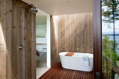 Het lijkt wel of deze badkamer midden in de natuur staat.