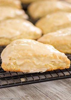 Fresh Orange Scones - BEST ONES. These perfectly tender scones have such a bright citrus flavor and are topped off with a sweet + tangy orange glaze. Brunch Recipes, Breakfast Recipes, Dessert Recipes, Breakfast Scones, Sweet Breakfast, Orange Scones, Lemon Scones, Orange Muffins, Dessert Sans Gluten