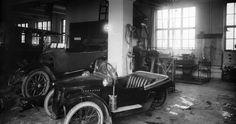 Interiør fra verkstedet til Garage-kompagniet. Bilen i forgrunnen er trolig en Morgan som Ander S. Birkelands på bildet over. Atelier KK mellom 1918 og 1920. Nyere KK-samling Universitetsbiblioteket i Bergen.