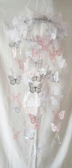 Mobile papillons en papier dentelle et tulles de couleur rose, blanc et gris : Jeux, peluches, doudous par magic-events