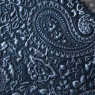 Schwarzsilbernes geprägtes Leder
