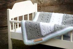 Wiegdekentje haken als kraamkado, een uniek cadeau - Breiclub.nl Crochet Pillow, Baby Blanket Crochet, Crochet Baby, Knit Crochet, Crochet Blankets, Lovey Blanket, Plaid Blanket, Chunky Crochet, Freeform Crochet
