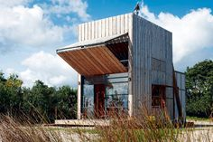 Kiste auf Kufen:  Diese Wohnbox wurde für eine fünfköpfige Familie von Crosson Clarke Carnachan Architects entworfen. Das Konstrukt steht an einem Strand in Neuseeland - und zwar auf Kufen, weil die geologischen Prozesse hier eher dynamisch sind. Kommt das Meer zu nah, kann man das Haus weiter ins Landesinnere schieben. Und weht der Wind zu rau, macht man die Klappe zu.