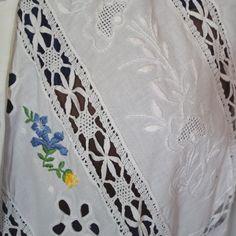 Hübsche weiße Trachtenbluse mit langen Ärmeln, üppig mit Spitze und Stickereien verziert. Sie hat einen kleinen Spitzenkragen und ist vorne mit Knöpfen zu schließen.  Die Bluse ist gebraucht,...