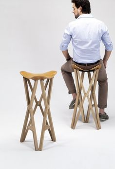 Treee camp is a stool from recognizable design, with solid wood structure in various essences and seat in full grain leather. Opened and closed easily, the treee camp stool stands out as a linear and essential product and is part of the largest collection of Treee folding design products. The same packaging follows the ease of the product, which is shipped already assembled, inside a cardboard tube.