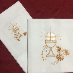 Corporal y purificador, bordado por Alejandra Coto en hilo glosilla. Medieval, Banner, Embroidery, Drawings, Pattern, Design, Godmothers, Cross Stitch, Embroidery Art