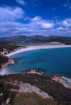 """La spiaggia di Porto Giunco si trova nel territorio comunale di Villasimius ed è compresa all'interno del SIC (Sito di Interesse Comunitario) e nell' Area Marina Protetta """"Capo Carbonara"""" che ha il compito di proteggere l'ambiente marino e costiero, quindi gli tutti gli animali e la vegetazione presente, mediante delle regole di comportamento e di"""