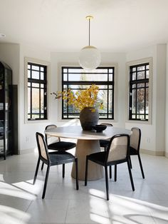 Casual Friday: Magic Leaves, Influencer Starter Pack, A Fun show to binge, Nixing Stone Dining Room Design, Dining Area, Dining Chairs, Dining Table, Kitchen Design, Home Design, Dining Room Inspiration, Interiores Design, Kitchen Interior