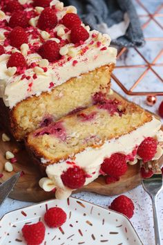 A Simple and Delicious White Chocolate Raspberry Loaf Cake with White Chocolate Buttercream Frosting and Fresh Raspberries! No Bake Lemon Cheesecake, Chocolate Raspberry Cheesecake, White Chocolate Raspberry, Raspberry Desserts, White Chocolate Buttercream, White Chocolate Cake, Chocolate Topping, Chocolate Fudge, Buttercream Frosting