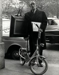 Onbekend | Schilder Salvador Dali met schilderij onder de arm en zijn fiets in…