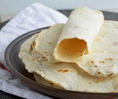 Zelf tortilla wraps maken is zo ontzettend makkelijk dat je je bijna gaat afvragen waarom je ze eigenlijk nog koopt. Het recept voor de allerlekkerste, luchtige & zachte wraps.