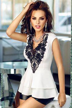 Белая блузка с баской и черным кружевом на вырезе