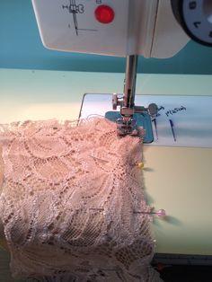 Couture By Jo Bonjour,   Comment #coudre du tissu #extensible ?  Il faut toujours regarde les points de couture et la tension du fils sur votre #Mac.... Le choix des fils pour coudre Allez on coud....  Au Plaisir :)  Photo@Couture By Jo