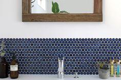 どこか懐かしさを感じる六角形のモザイクタイル。釉薬のムラや質感が特徴的です。