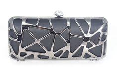 Bolsa Clutch rígida confeccionada em tecido preto e metal prata. Detalhe do fecho em strass. Seu design sutilmente metalizado é perfeito para compor um look rocker sofisticado!