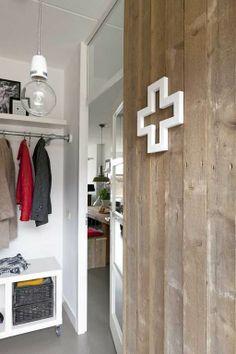 Idee hal; sloophouten vloerdelen kunnen met gemak tegen de wand geplaatst worden.De kapstok van steigerbuizen zorgt voor de stoere finishing touch.   VT wonen september 2013