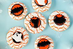Using Halloween royal icing transfers is a fun simple way to decorate cookies, cupcakes, cakes and cake pops. Use these free bat, cat and ghost templates. Halloween Treats For Kids, Halloween Goodies, Halloween Desserts, Halloween Cupcakes, Halloween 2, Thanksgiving Cookies, Fall Cookies, Christmas Cookies, Royal Icing Templates