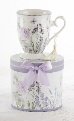 Our lovely Lavender Gift Boxed Mug in Hat Box is a beautiful porcelain mug arriving in matching hat box perfect for gifting and events. Holds 11 oz. Mug has removable tassel and the box is adorned wit