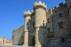 Le Palais des grands maîtres de Rhodes ou palais des chevaliers est un édifice monumental et fortifié situé sur l'île de Rhodes. Forteresse byzantine à l'origine, il a été agrandi et adapté par l'Ordre de Saint-Jean de Jérusalem au début du xive siècle. C'est aujourd'hui un musée.