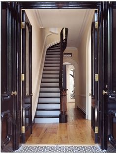 townhouse in Greenwich Village. (Georgiana Design) Italianate townhouse in Greenwich Village.Italianate townhouse in Greenwich Village. Greenwich Village, New York Townhouse, Townhouse Interior, Brownstone Interiors, Stair Well, Brooklyn Brownstone, Entry Foyer, Door Entryway, Stairway To Heaven