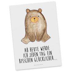 Postkarte Bär sitzend aus Karton 300 Gramm  weiß - Das Original von Mr. & Mrs. Panda.  Diese wunderschöne Postkarte aus edlem und hochwertigem 300 Gramm Papier wurde matt glänzend bedruckt und wirkt dadurch sehr edel. Natürlich ist sie auch als Geschenkkarte oder Einladungskarte problemlos zu verwenden. Jede unserer Postkarten wird von uns per hand entworfen, gefertigt, verpackt und verschickt.    Über unser Motiv Bär sitzend  Ab heute werde ich jeden Tag ein bisschen glücklicher…