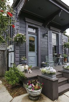 Take a Virtual Stroll Through 5 Beautiful New Orleans Homes — Southern Style (Apartment Therapy Main) Exterior Colors, Exterior Paint, Fachada Colonial, Pintura Exterior, Haus Am See, New Orleans Homes, Grey Houses, Dog Houses, Unique Architecture