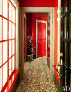 Glossy red walls and vibrant furnishings set an exuberant tone in the jewel-box pied-à-terre that Thomas Britt decorated for winemakers Elizabeth and W. Clarke Swanson in San Francisco Interior Design Process, Top Interior Designers, Top Designers, Marble Painting, Painting Trim, Entrance Design, Entrance Hall, Architectural Digest, Leopard Carpet