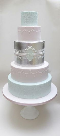 Very pretty and sophisticated wedding cake....Scrum Diddly    ᘡղbᘠ