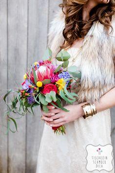 Mein Herz tanzt … Eine Hippie-Bohemian-Hochzeit mit einem fröhlich-bunten Farbkonzept zum Thema Tanzen --- Floristik, Papeterie, Dekoration, Konzept: www.tischleinschmueckdich.de Fotografie: www.timjudi.de  Brautkleid, trägerlos: Mango Location: http://lab15.de/