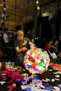 plastic bottle art Heath Nash creating one of his amazing lamps out of Plastic bottles. Plastic Bottle Flowers, Plastic Bottle Crafts, Plastic Art, Recycle Plastic Bottles, Recycled Art Projects, Recycled Crafts, Diy Upcycling, Upcycle, Reuse