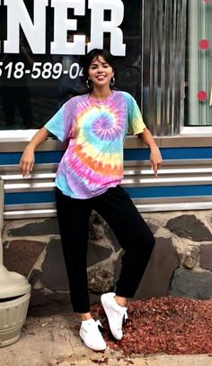 Making our childhood favorite new again in a rainbow tie-dye T-shirt. Selena Gomez, Urban Outfitters, Hippie Outfits, Teen Fashion Outfits, Tomboy Outfits, Emo Fashion, Camisa Hippie, Tumblr T-shirt, Camisa Tie Dye