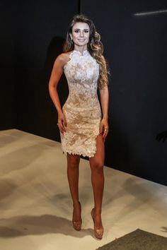 Paula Fernandes ousa com vestido de rendas e fenda fatal