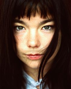 Beautiful photo of the artist Bjork. 90s Grunge Hair, Celebrity Gallery, We Are The World, Female Singers, Jimi Hendrix, Mug Shots, Looks Style, Actors, Famous Faces