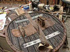 Znalezione obrazy dla zapytania how to make a viking shield Art Viking, Viking Life, Viking Warrior, Escudo Viking, Viking Cosplay, Les Runes, Sca Armor, Viking Reenactment, Viking Culture