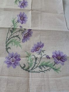 Hand Embroidery Design Patterns, Embroidery Stitches, Cross Stitch Borders, Cross Stitch Patterns, Border Design, Table Covers, Baby Knitting Patterns, Diy And Crafts, Flora