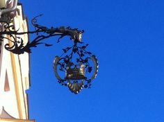 Kunstvoller, aus Schmiedeeisen gefertigter  Ankünder der 'Goldenen Krone' in #Innsbruck. Innsbruck, Golden Crown, Wrought Iron, Art