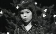 Wie Björk 1976 die Weihnachtsgeschichte vortrug! Oder: Björk Guðmundsdóttir las Fæðingarsögu frelsarans við undirleik nemenda úr Barnamúsíkskóla Reykjavíkur, í Stundinni okkar árið 1976.