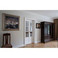 Na zdjęciu przedstawiamy drzwi dwuskrzydłowe, których największym atutem jest gięte szkło z równie elastycznym drewnem. Naświetla podkreślone są fazowanymi szybami, Warto zwrócić uwagę na zwieńczen…