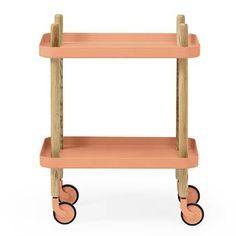 Det trendiga bordet Block kommer från danska Normann Copenhagen och är designat av Simon Legald. Block bord är ett mobilt sidobord på hjul och är en mångsidig möbel som kan användas som avlastningsbord i köket eller varför inte som ett snyggt sängbord