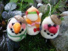 Vánoce+se+blíží+Ozdoby+jsou+vyrobeny+z+různobarevných+plstí,+sněhuláci+mají+očička+z+černých+korálků,+na+hlavičce+čepičku+ze+žaludu.+Panenka+má+na+zádíčkách+křidýlka.+Velikost+jedné+ozdoby+je+7+cm+CENA+JE+ZA+JEDNU+FIGURKU!!!!!