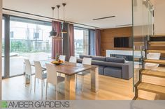 Un proiect special realizat la Amber Gardens. A great project made at Amber Gardens. Curtain Shop, Wallpaper Decor, Custom Curtains, Blinds, Amber, Dining, Living Room, Interior Design, Table