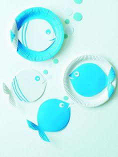 Bastelidee: Fische aus PapiertellernPapierteller Fische Deko_burdafood.net/Maja Smend.jpg #Basteln#Fisch#Deko#Seafood#Blau#Papierteller#Tischdeko