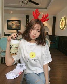Ulzzang Short Hair, Asian Short Hair, Ulzzang Korean Girl, Cute Korean Girl, Girl Short Hair, Asian Girl, Short Hair Korea, Haircuts For Medium Hair, Medium Hair Styles