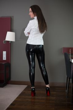 Shiny leggings combination t-shirt is your go-to for virtually any garment that has to have a whole lot of stretch. Leggings can get the job done especially well for the apple physique. Wet Look Leggings, Shiny Leggings, Leather Leggings, Leggings Are Not Pants, Leather Skirts, Pantalon Vinyl, Christian Louboutin, Louboutin Pumps, Latex Pants