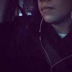 Hace frío. Llevo puesto un suéter de mi mamá: me pidió que me lo llevara porque seguramente haría frío en la noche y me dio el que tenía a la mano porque ya iba tarde para la facultad. Ahora las clases han terminado y tengo frío. Mis manos tiemblan pero no las guardo en los bolsillos del suéter porque deseo sostener un libro y leer mientras espero a que vengan a recogerme. El viento helado juega con mi cabello y no quiere que tenga una visión completa del libro frente a mi rostro cabizbajo…